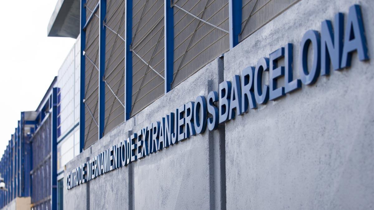 Fachada del CIE de Barcelona. (Foto: EFE)