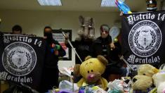 El grupo radical 'Distrito 14' blanquea su imagen como Hogar Social con alimentos y juguetes. (Foto: D14)
