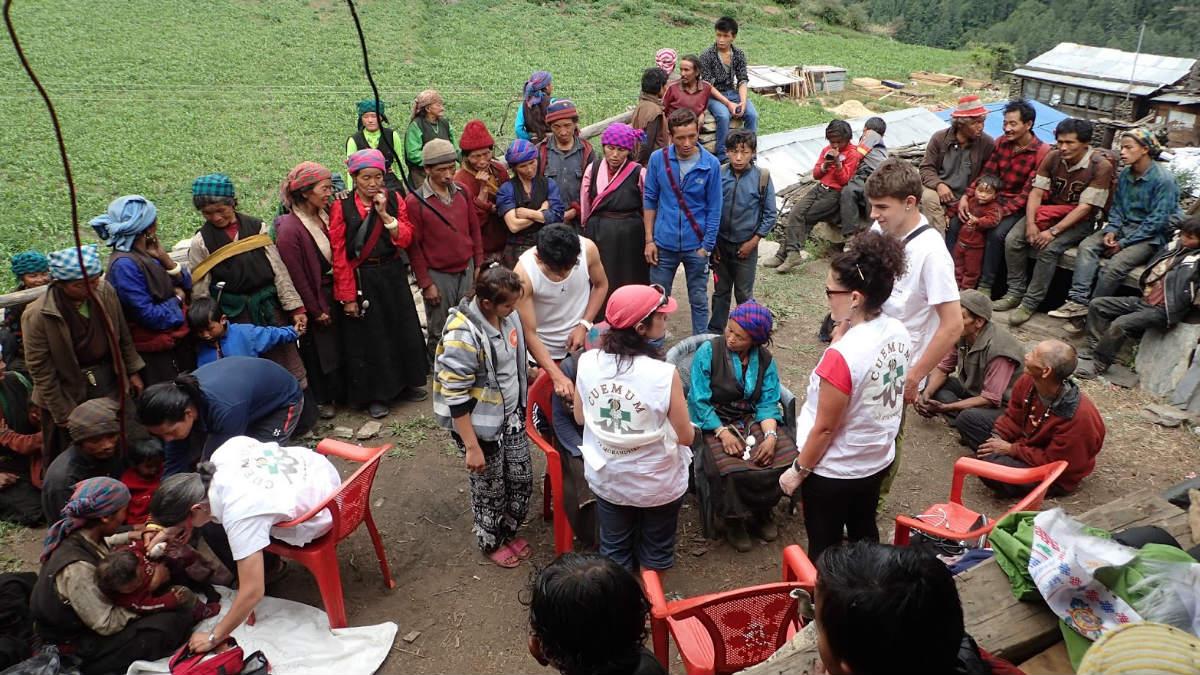Voluntarios de la asociación J.R. Morandeira atienden a los miembros de un poblado nepalí. (Foto: J.R. Morandeira)