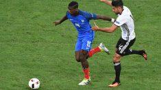 Pogba disputa un balón con Emre Can. (AFP)