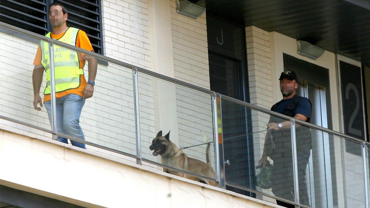 La Policía registra la vivienda del ex alcalde de L'Ametlla de Mar (Foto: EFE)