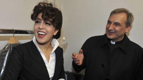 El obispo Vallejo Balda junto a la experta en medios Francesca Chaouqui. (Foto: AFP)
