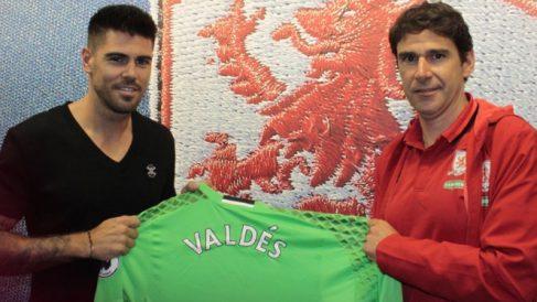 Víctor Valdés, junto a Aitor Karanka, entrenador del Middlesbrough. (Twitter)