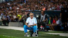 Marcelo Bielsa, sentado en un improvisado banquillo. (AFP)