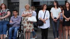 La alcaldesa en la puerta del Ayuntamiento con varios ediles. (Foto: Madrid)