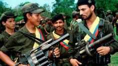 Guerrilleros de las FARC con sus armas en una imagen de 1998 (Foto: Reuters)