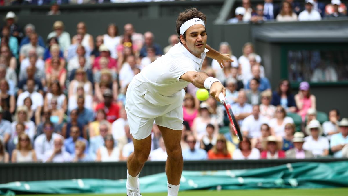Roger Federer se estira a por un pelota. (AFP)