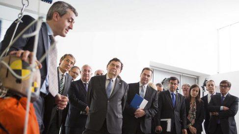 Juan José Alba, segundo por la derecha, y María Seguí escuchan las explicaciones del marido de la directora de la DGT, Francisco López Valdés.