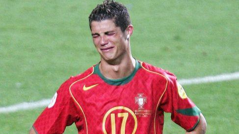 Cristiano Ronaldo llora tras perder la final de la Eurocopa 2004. (Getty Images)