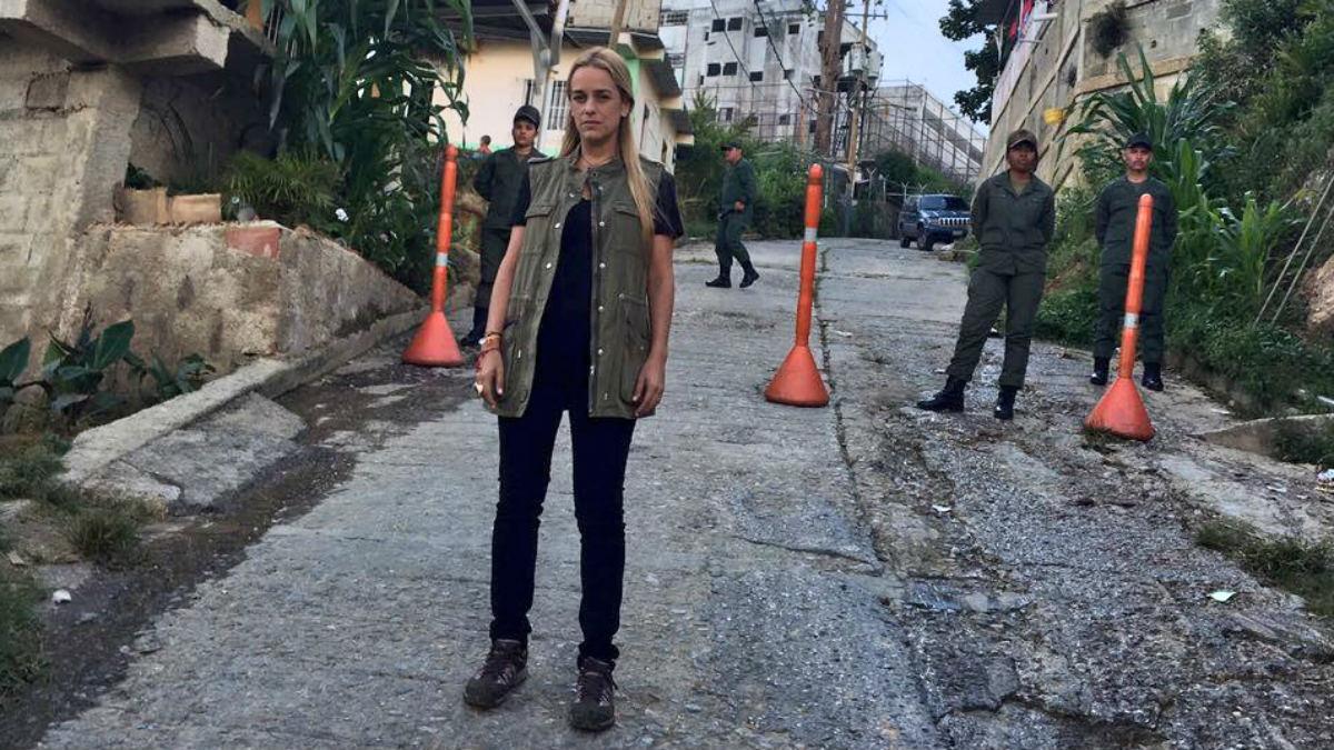 Lilian Tintori ante la prisión de Ramo Verde, donde el chavismo le impide ver a su esposo, el preso político Leopoldo López. (TW)