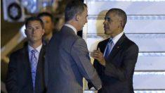 El rey Felipe VI recibe a Barack Obama en la base de Torrejón junto a la escalerilla del Air Force One. (EFE)