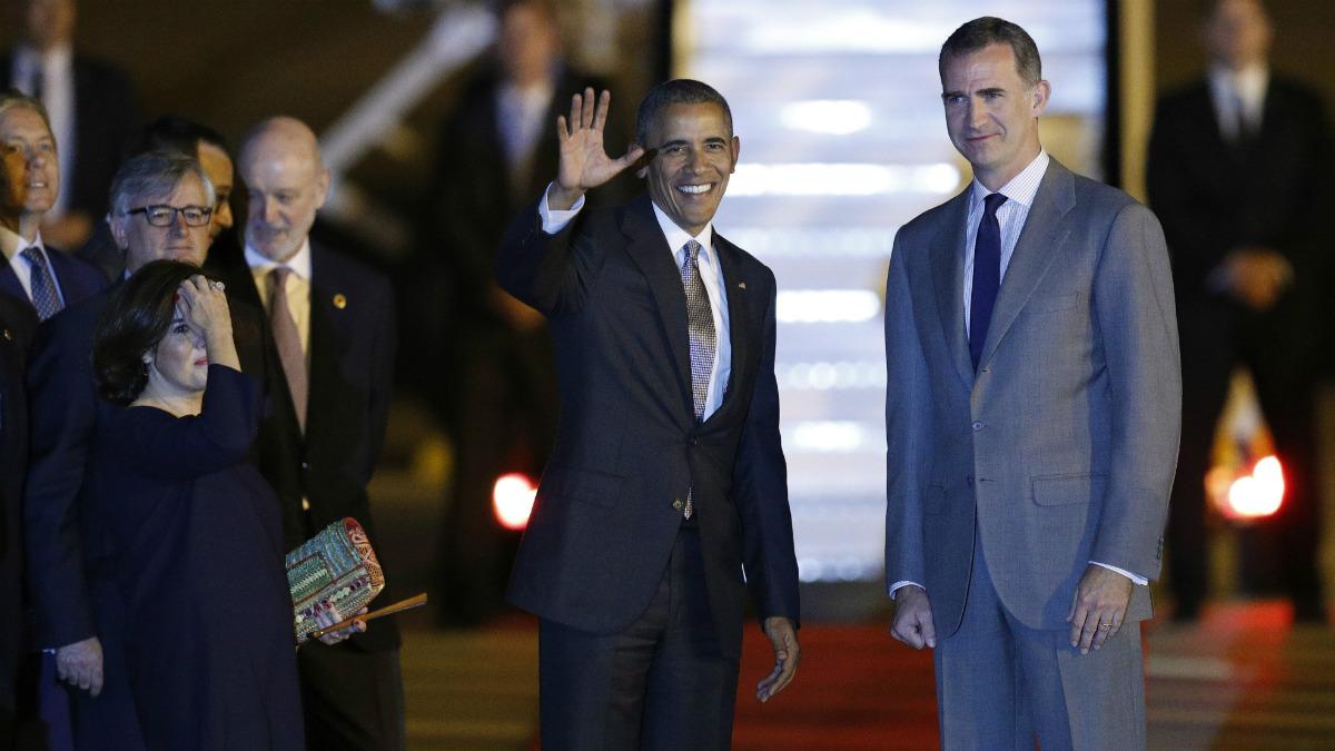 Barack Obama saluda a su llegada a la base de Torrejón, junto al Rey Felipe VI y la vicepresidenta en funciones, Soraya Sáenz de Santamaría. (EFE)
