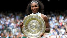 Serena Williams posa con el trofeo de campeona de Wimbledon. (Getty)