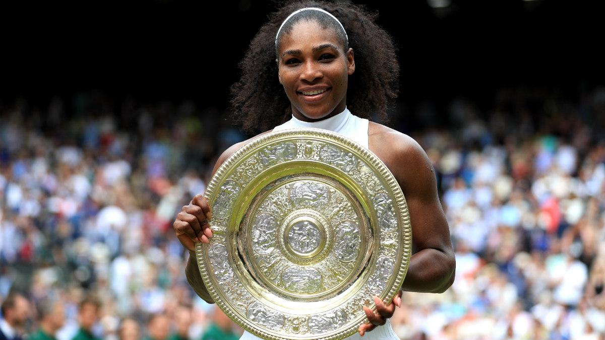 Serena Williams posa con el trofeo de campeona de Wimbledon. (Getty)
