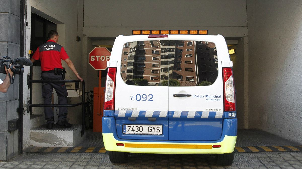 Un furgón policial entra en los juzgados de Pamplona con uno de los detenidos por la agresión sexual durante los Sanfermines. (EFE)
