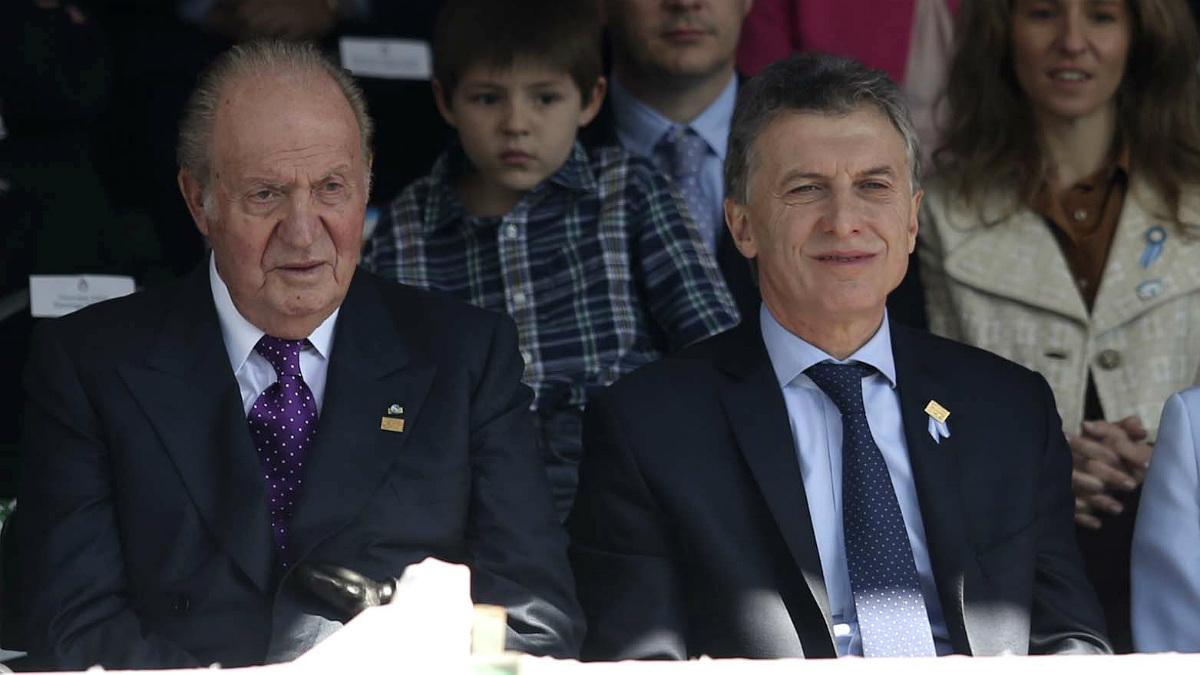 El Rey emérito Juan Carlos I junto al presidente argentino, Mauricio Macri. (AFP)