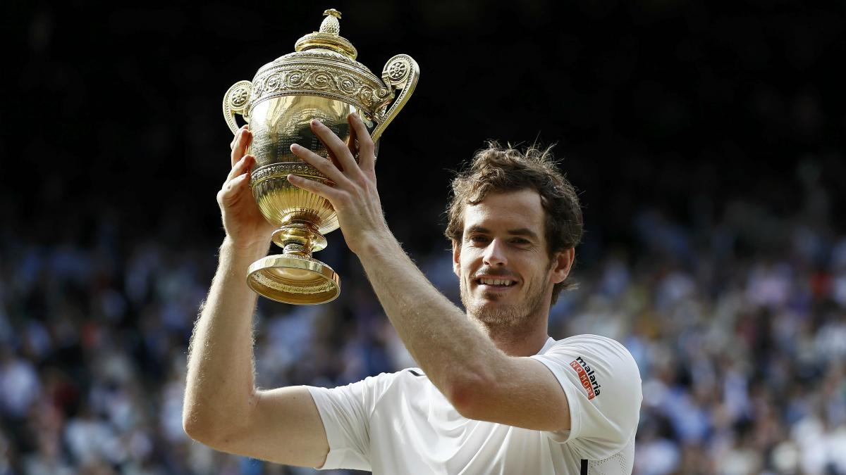Andy Murray levanta el trofeo de campeón de Wimbledon. (Reuters)