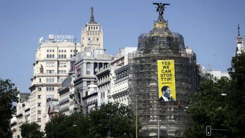 Cartel de Greenpeace contra Obama y el TTIP  colgado del edificio Metrópolis de Madrid. (EFE)