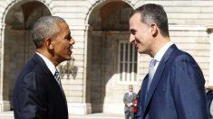 El rey Felipe VI recibe a Barack Obama en el patio del Palacio Real. (EFE)