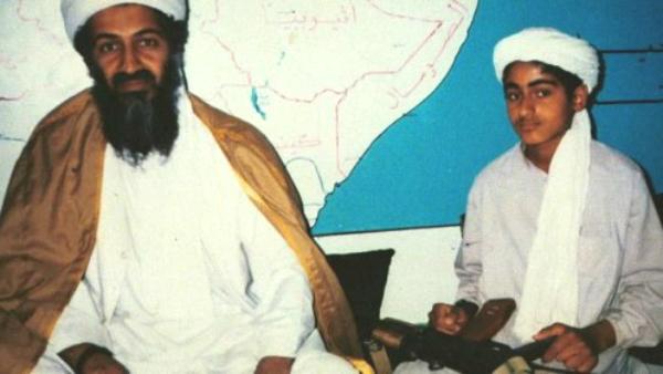 Hamza bin Laden junto a su padre Osama, cuando éste lideraba Al Qaeda.
