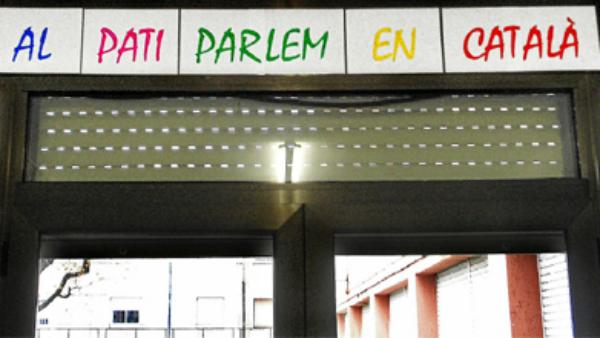 Cartel de un colegio de Cornellá (Barcelona) que impuso el uso del catalán en el patio.