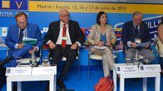 La directora de la DGT, María Seguí, junto al presidente de CNAE (con corbata roja), José Miguel Báez, en un foro celebrado en junio de 2015.