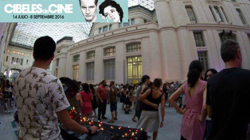 Varios asistentes a la edición Cibeles de Cine del año pasado disfrutan de la música y el ambiente previo a la proyección. (Foto: Cibeles de Cine)