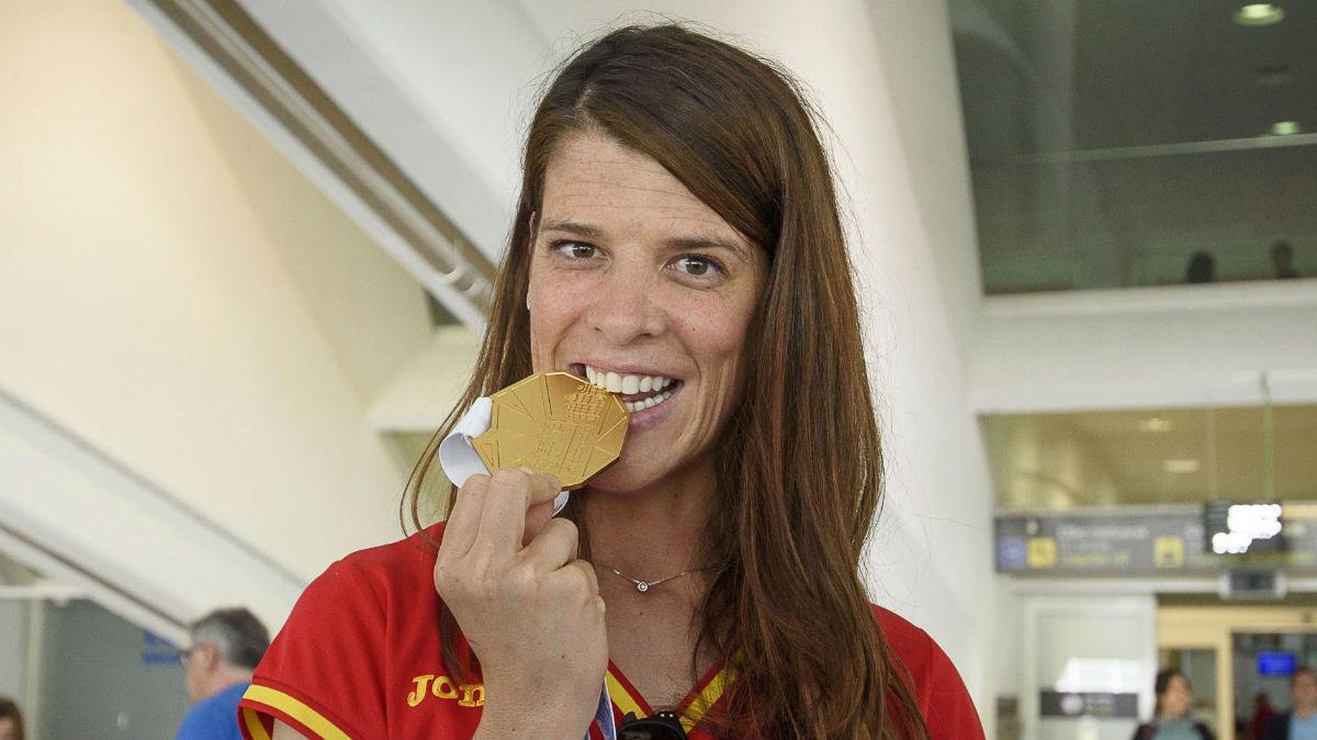 Ruth Beitia 'muerde' el oro conseguido en Ámsterdam. (EFE)