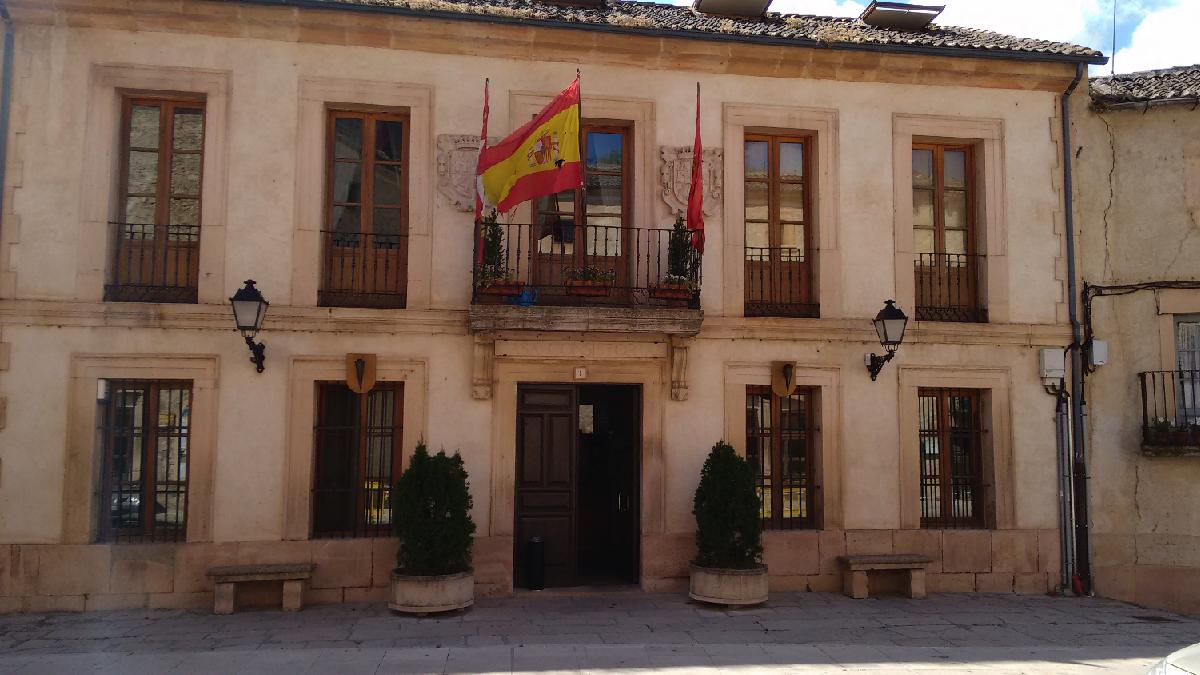 Ayuntamiento Sepúlveda con el crespón en homenaje a Víctor Barrio. (Foto: OKDARIO)