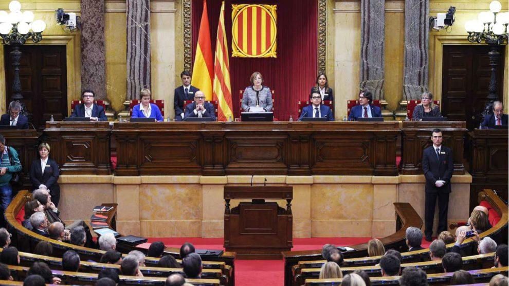 La presidenta del Parlament, Carme Forcadell (c) (Foto: Efe)