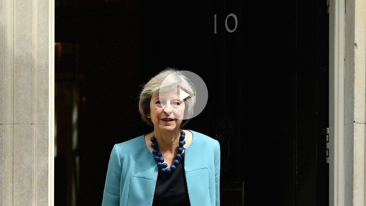 Theresa May, ante el 10 de Downing Street, su nuevo hogar como primera ministra. (AFP)