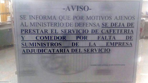 Cartel en la puerta de la cafetería del Ministerio de Defensa.