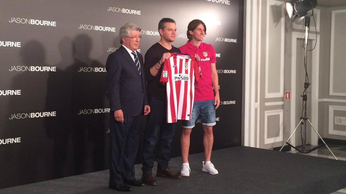 Matt Damon posa con la camiseta del Atlético de Madrid. (Twitter)