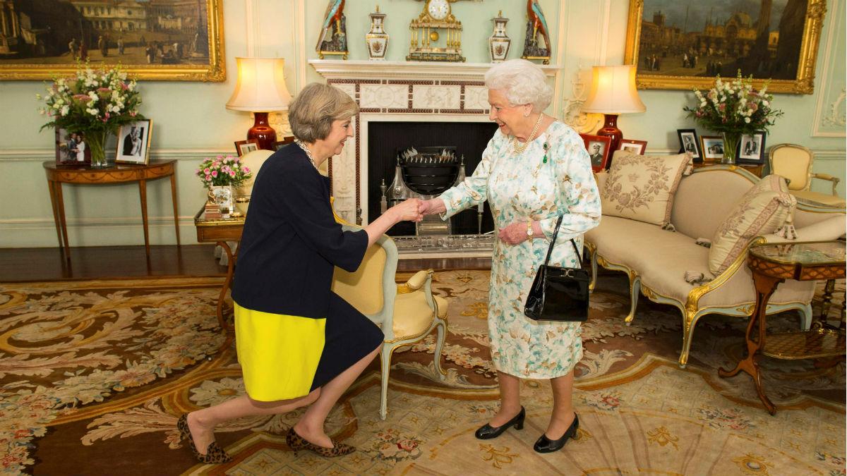 La nueva primera ministra británica, Theresa May, el día que aceptó el cargo ante la reina Isabel II en Buckingham. (Reuters)