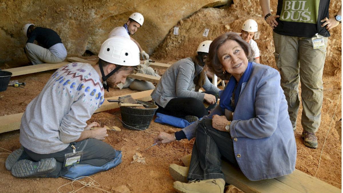 La Reina Sofia, calzada con botas Robusta, en los yacimientos de Atapuerca, donde colabora calzados Robusta.