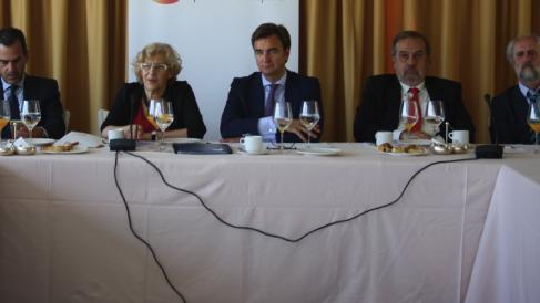 La alcaldesa Carmena con empresarios y con su mano derecha, Luis Cueto. (Foto: Madrid)