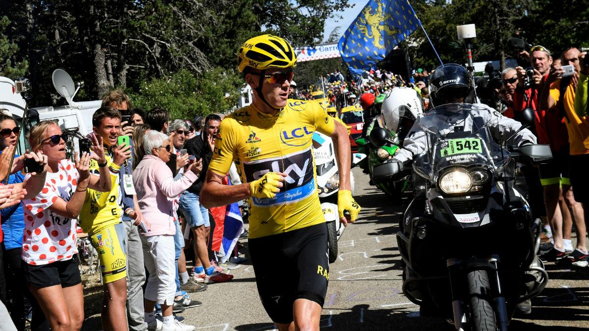 Chris Froome sube el Mont Ventoux corriendo tras perder su bicicleta. (Getty)