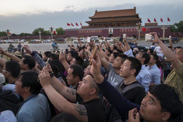 Cientos de visitantes fotografiando el Mausoleo de Mao Zedong en China. (Foto: O. Curtis)