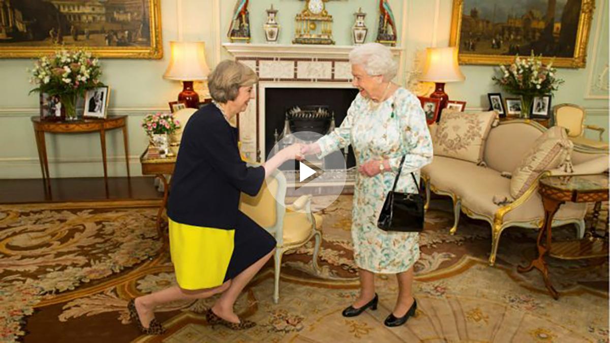 La nueva primera ministra británica, Theresa May, acepta el cargo ante la reina Isabel II en Buckingham. (Reuters)