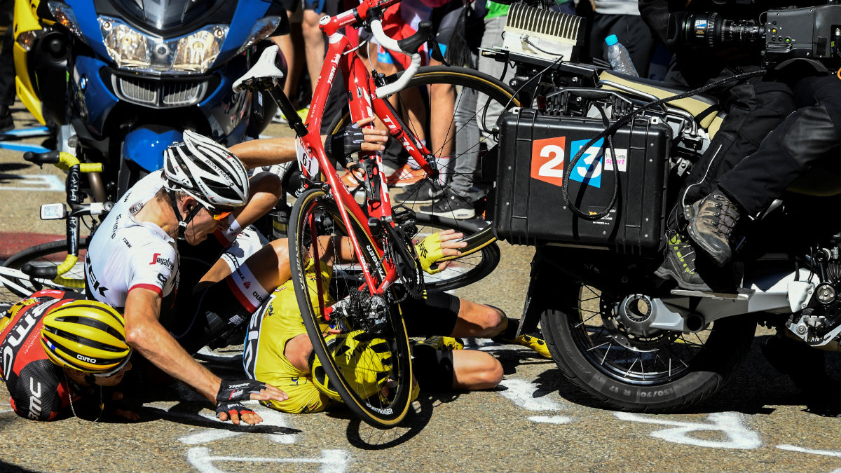 Mollema se cayó encima de Froome y de Porte. (AFP)