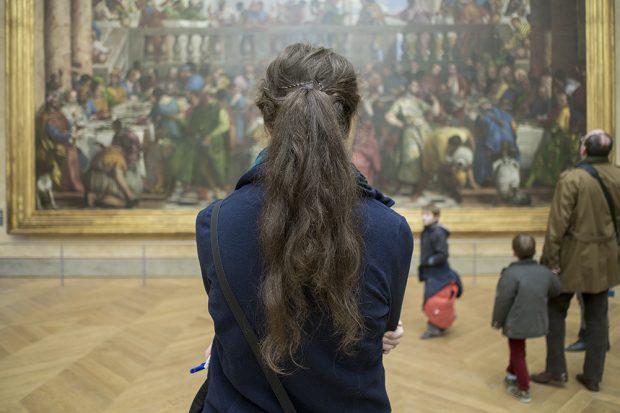 Esto es lo que Curtis captó dándole la espalda a la Mona Lisa de Da Vinci en el museo parisino del Louvre. (Foto: O. Curtis)