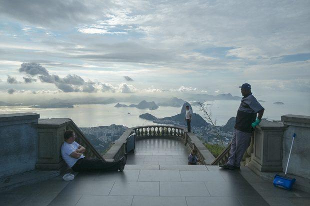 Lo que ven los pies del Cristo Redentor del Pan de Azúcar en Rio de Janeiro. (Foto: O. Curtis)