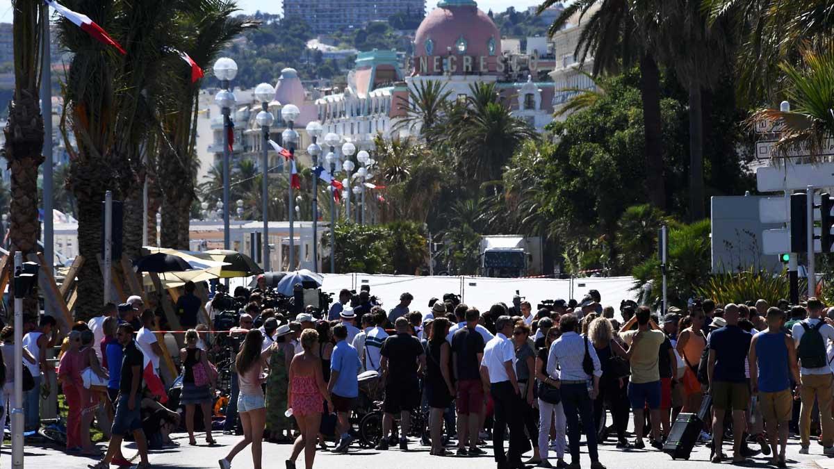 Una multitud en Niza al día siguiente de la matanza (Foto: AFP)