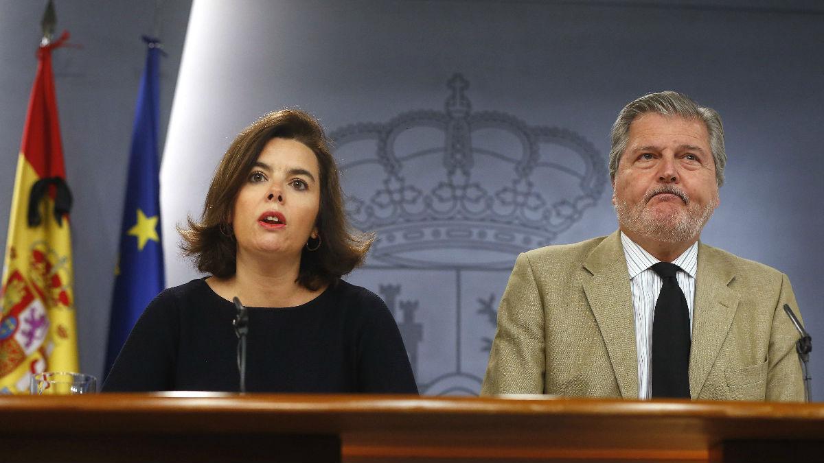 Soraya Sáenz de Santamaría e Íñigo Méndez de Vigo en rueda de prensa. (Foto: EFE)