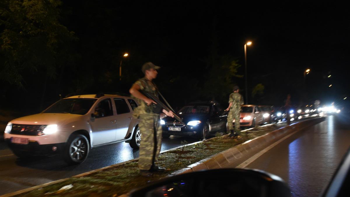 Militares cortan el puente sobre el Bósforo. (AFP)