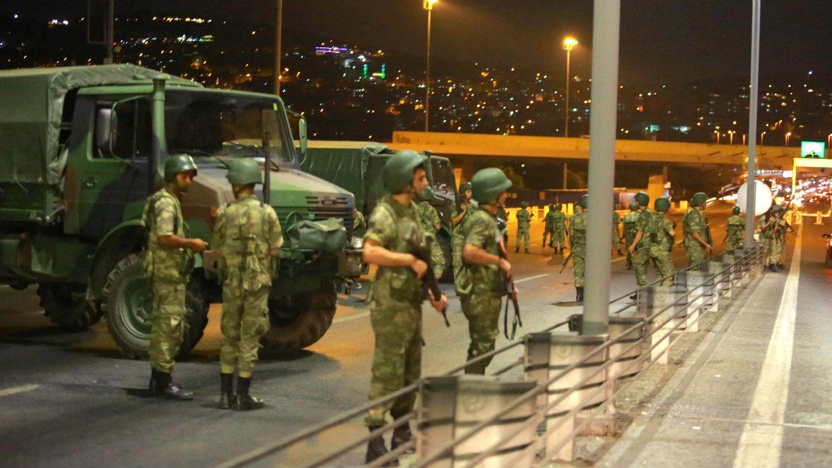 Militares toman un puente sobre el Bósforo en Estambul. (Reuters)
