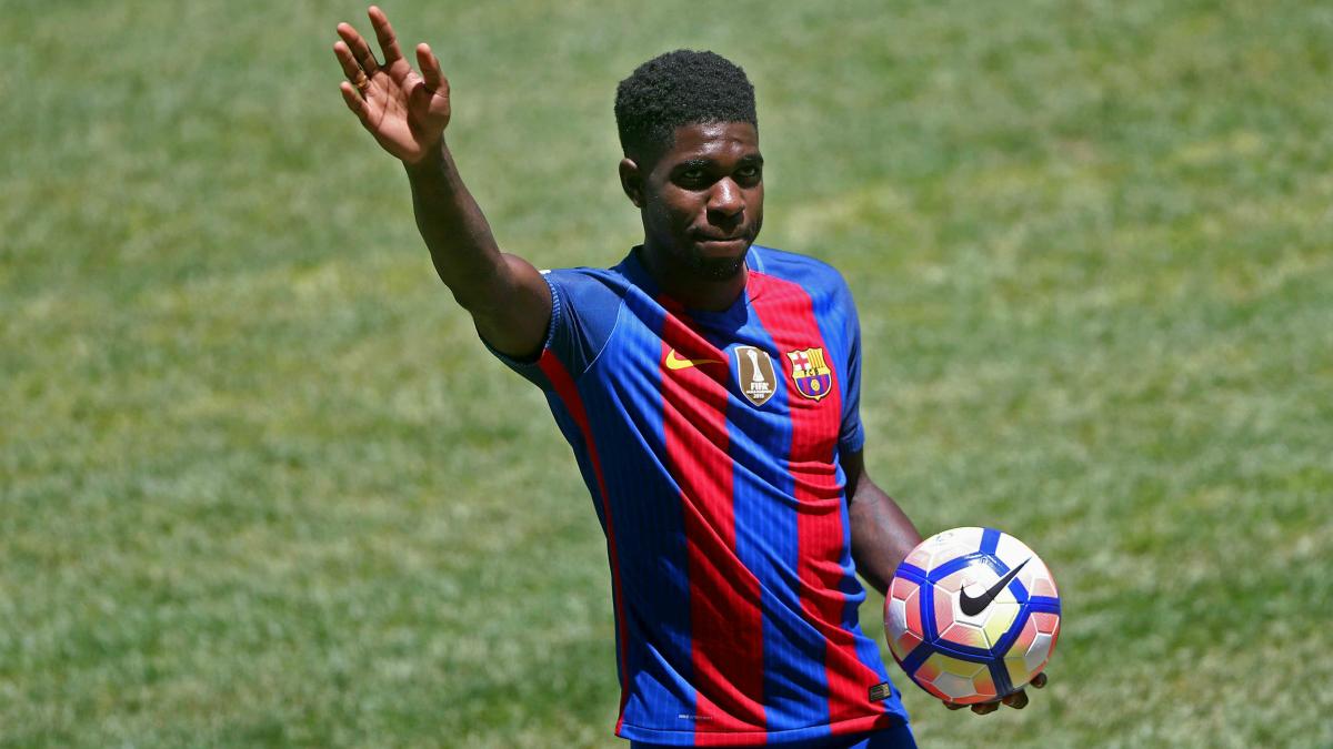 Umtiti saluda a la afición del Barcelona. (EFE)
