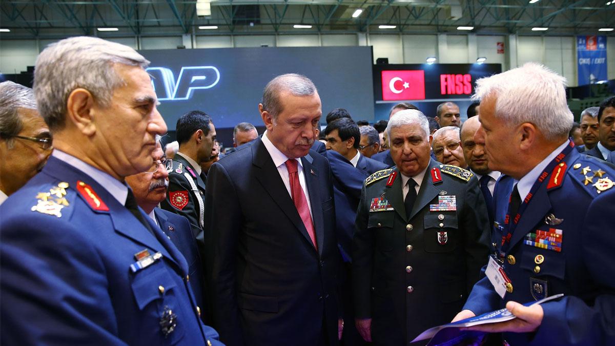 El presidente turco Erdogan, en el centro, junto a varios mandos militares, incluido Akin Ozturk, a la izquierda. (Foto: Getty)