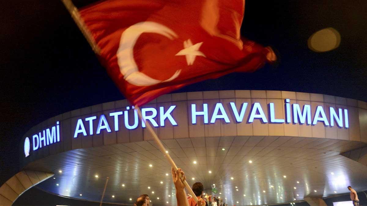 Un ciudadano turco con su bandera durante la noche del golpe de Estado (Foto: Reuters)