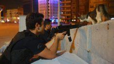 Policías toman posiciones en las calles de Estambul tras el fracaso del golpe de estado. (Reuters)